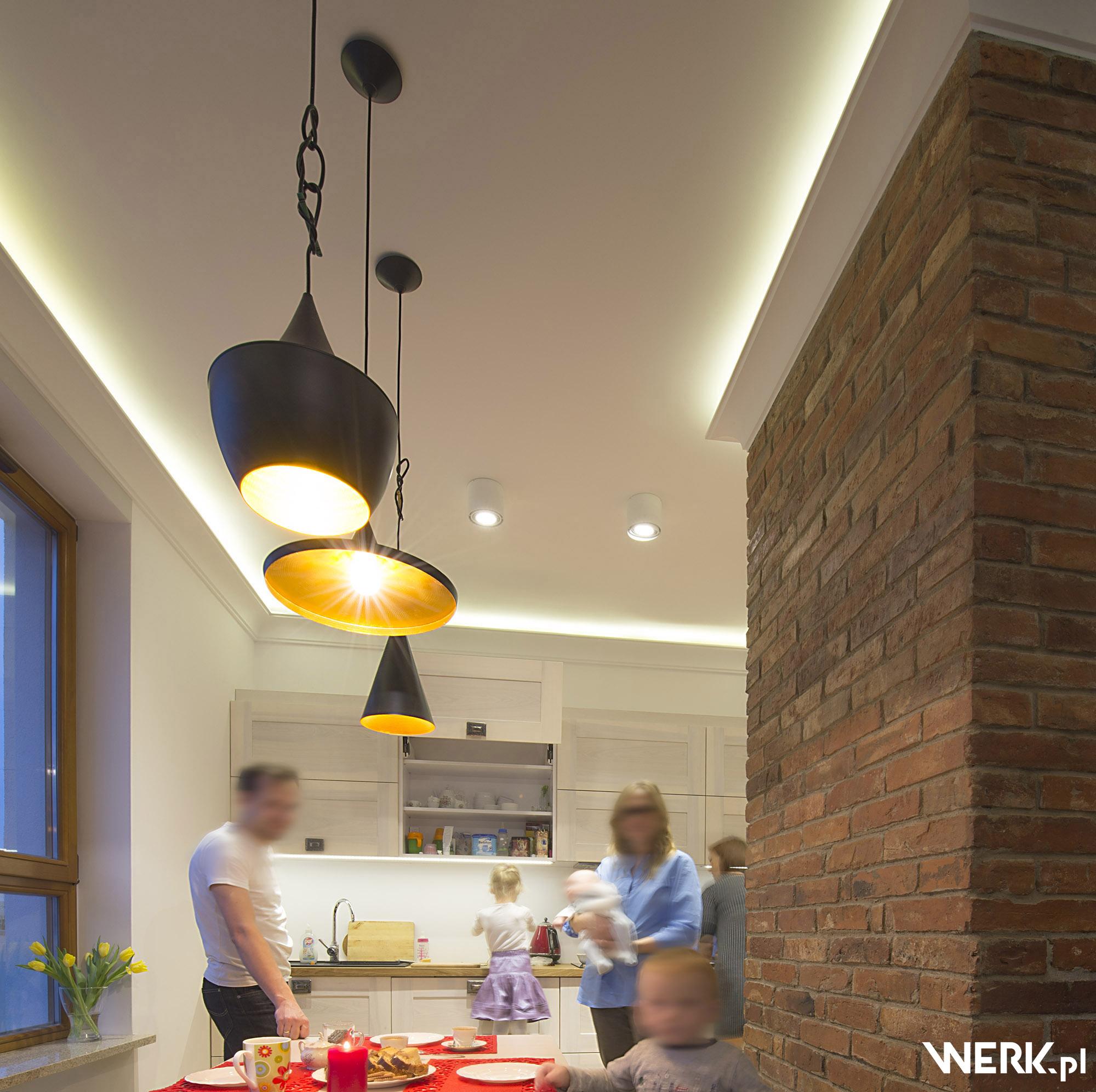 Ciepłe oświetlenie jadalni nad stołem