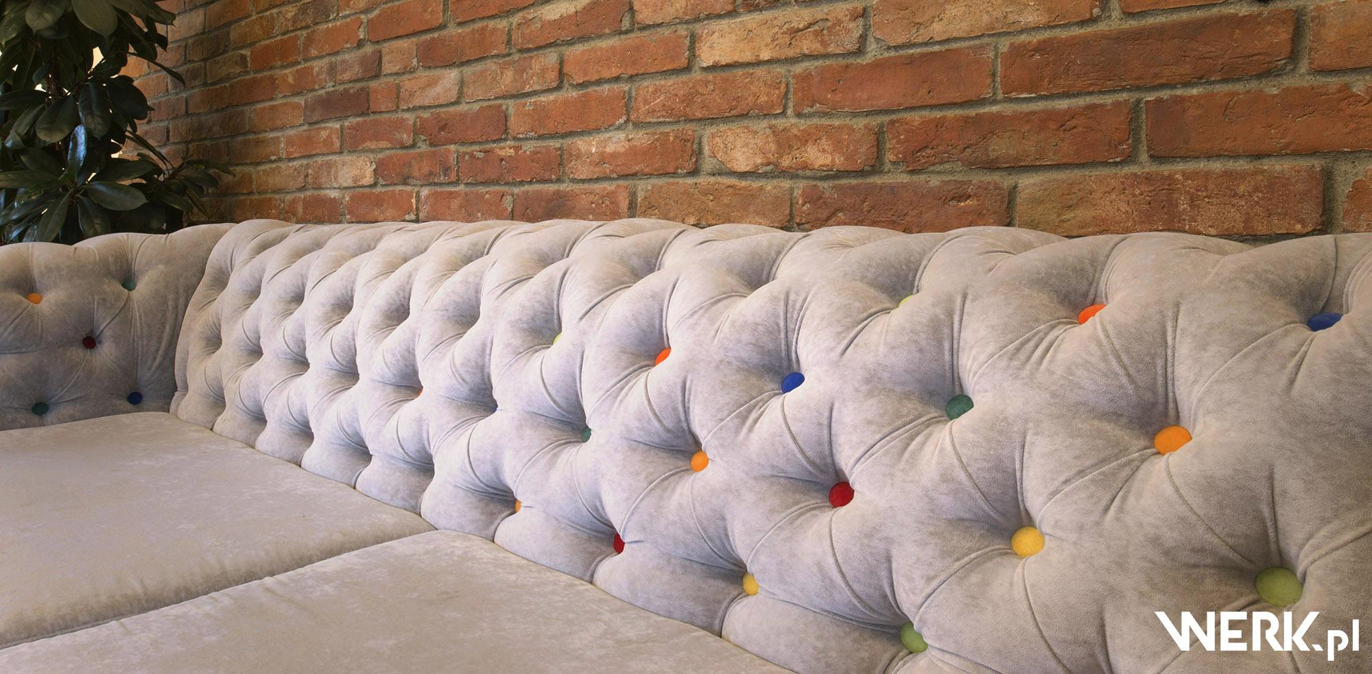 Kanapa ala klubowa na zamówienie - kolorowe guziki w szarym pluszu