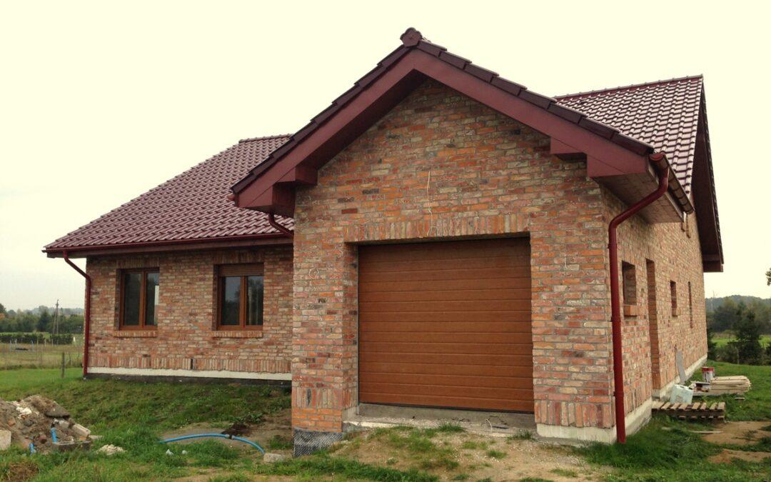 Elewacja nowego domu z płytek ze starej cegły