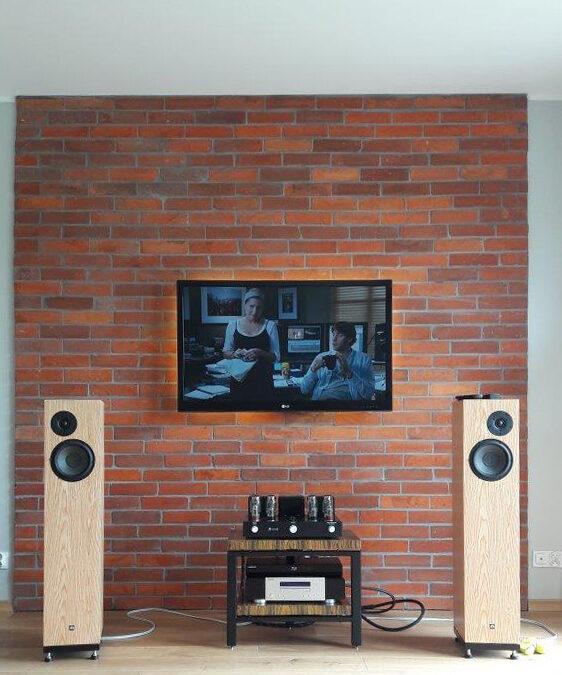 Ściana z cegły jako tło dla audiofilskiego sprzętu Pana Bartka