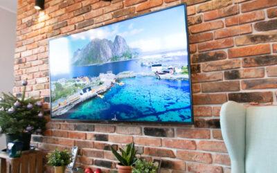 Ceglana ściana w salonie za telewizorem – Szczecin