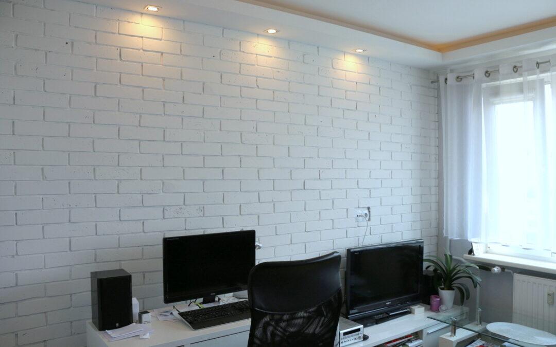 Płytki z cegły w biurze w mieszkaniu w bloku w Szczecinie